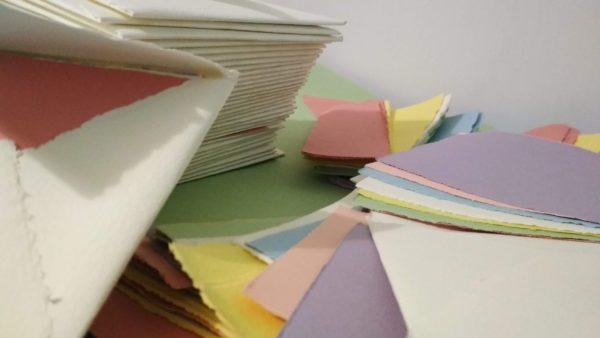 Buste e biglietti in carta fabriano colorata a mano